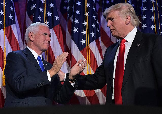 Futuro vice-presidente dos EUA Mike Pence aperta a mão de Donald Trump, presidente eleito dos EUA, Nova York, EUA, 9 de novembro de 2016