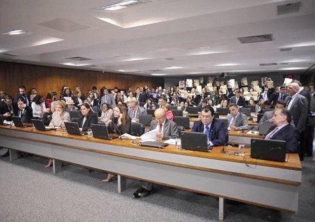 Comissão de Constituição e Justiça em reunião discutindo a PEC do fim do foro privilegiado