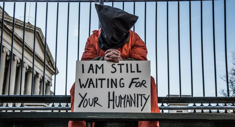 Ato da Witness contra tortura: continuo esperando por sua humanidade, diz a placa em inglês