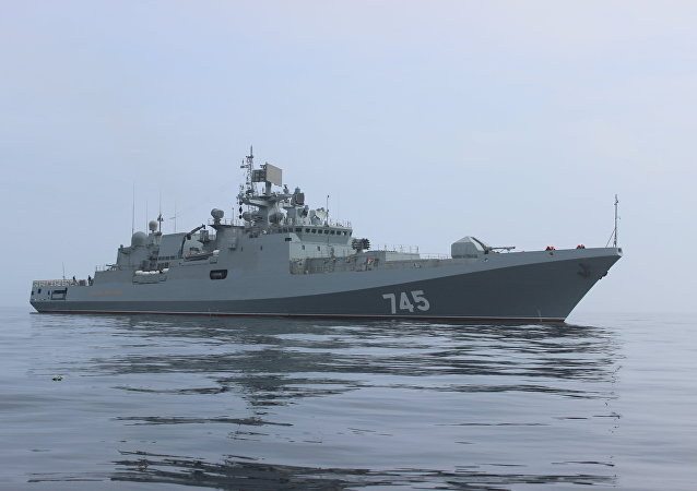Fragata russa Admiral Grigorovich durante missão
