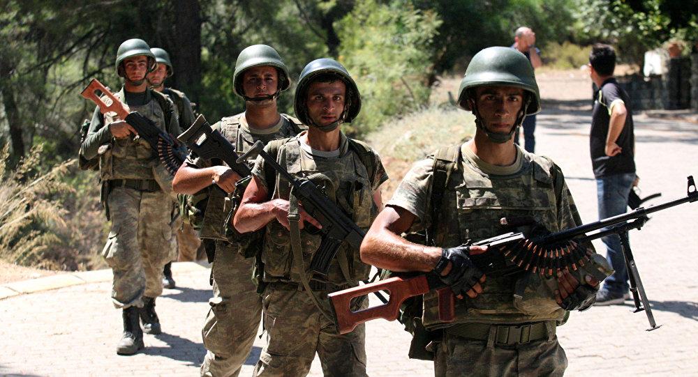Soldados turcos buscam os militares desaparecidos que podem ser envolvidos no golpe do Estado
