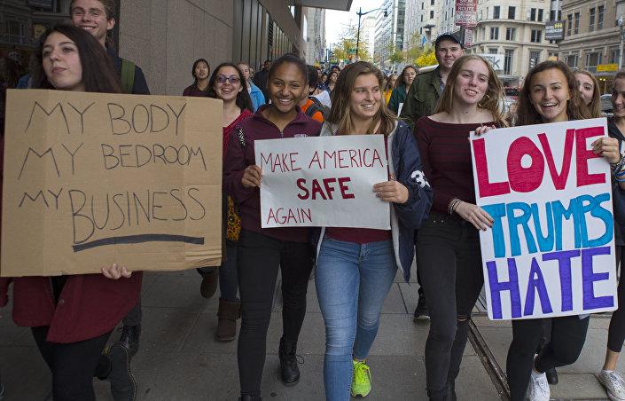 Cada vez mais jovens deixam salas de aula para protestar contra vitória de Trump