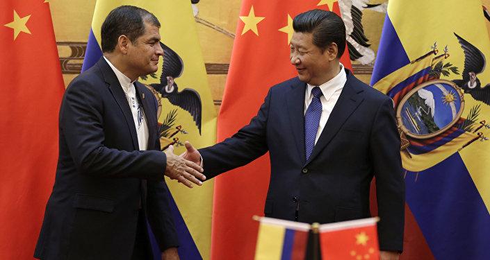 O presidente chinês Xi Jingping e o presidente do Equador Rafael Correa apertam as mãos depois de assistir a ceremônia cantada no Grande Salão do Povo, Pequim, em 7 de janeiro, 2015