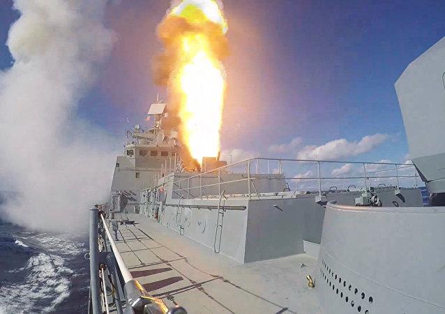 Fragata Admiral Grigorovich dispara mísseis Kalibr contra alvos terroristas na Síria