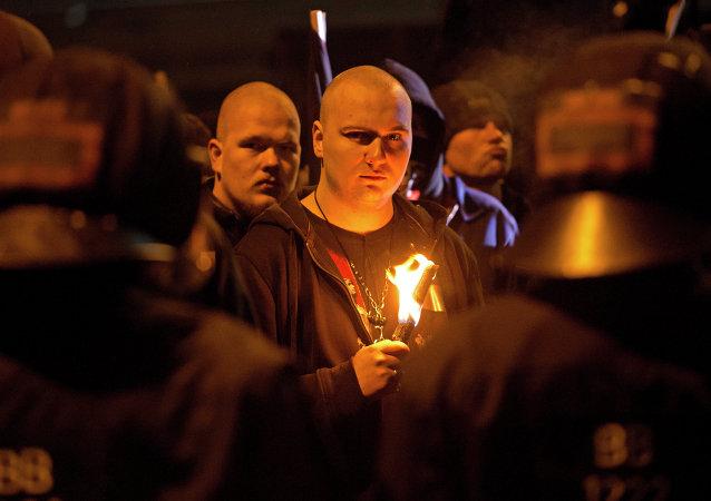 Um neonazista segurando a tocha em homenagem ao 68 aniversário dos bombardeamentos de Dresden