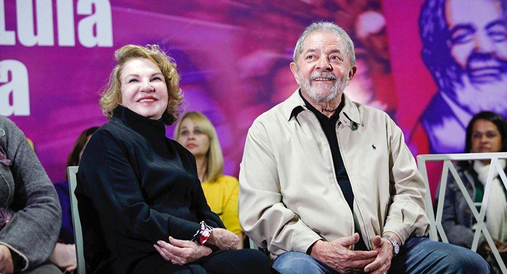 O ex-presidente Lula e sua esposa, Marisa Letícia, durante encontro que marcou os 10 anos da Lei Maria da Penha