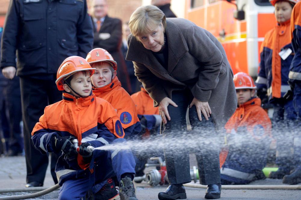A chanceler alemã Angela Merkel, em 14 de novembro, durante um encontro em Berlim com jovens bombeiros