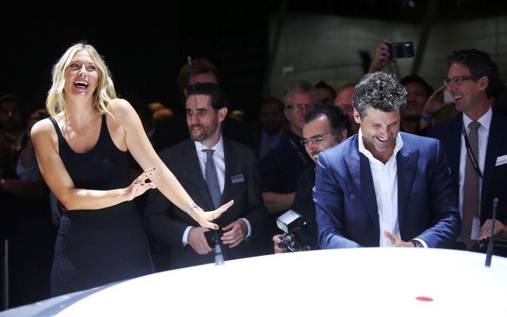 Maria Sharapova participa no salão automóvel de Los Angeles. Depois da desqualificação, várias empresas quebraram os contratos com a tenista, enquanto que a Porsche, ao contrário, decidiu passar a colaborar com ela