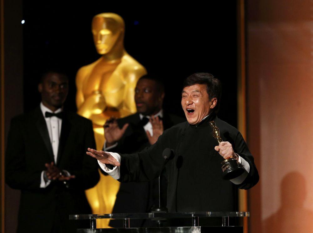 O ator chinês Jackie Chan foi premiado com um Óscar pela sua contribuição para a indústria cinematográfica. A cerimónia teve lugar no dia 14 de novembro em Los Angeles