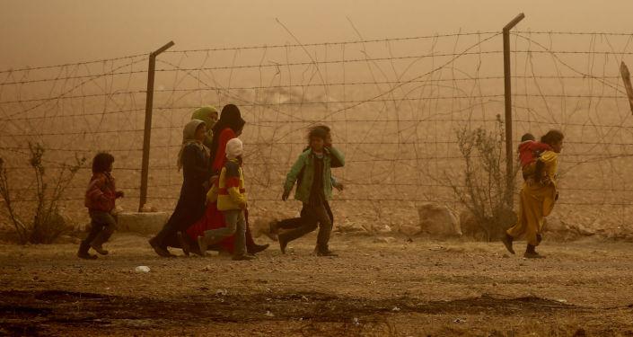Uma tempestade de areia atinge um campo de refugiados perto da aldeia de Ain Issa, a apenas 20 quilômetros de Raqqa, a 'capital' de Daesh (grupo terrorista proibido na Rússia)