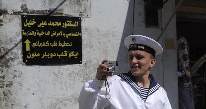 Marinheiro do cruzador de mísseis pesado russo Pyotr Veliky durante a estadia do navio no porto de Tartus, Síria (foto de arquivo)