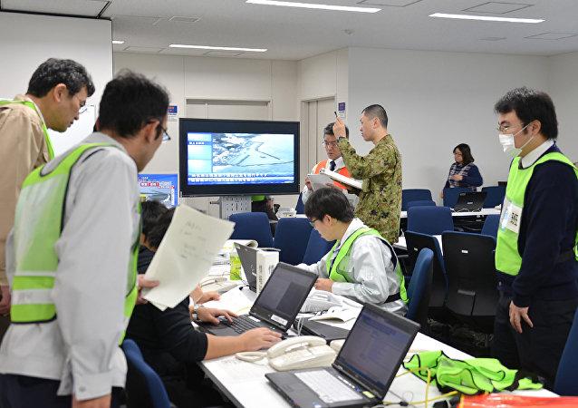 Oficiais trabalham após o terremoto que atingiu o Japão. 22 de novembro, 2016