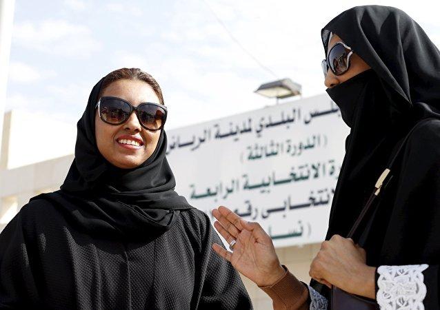 Mulheres sauditas deixam uma assembleia de voto depois de votarem nas eleições municipais, em Riade, Arábia Saudita, 12 de dezembro de 2015