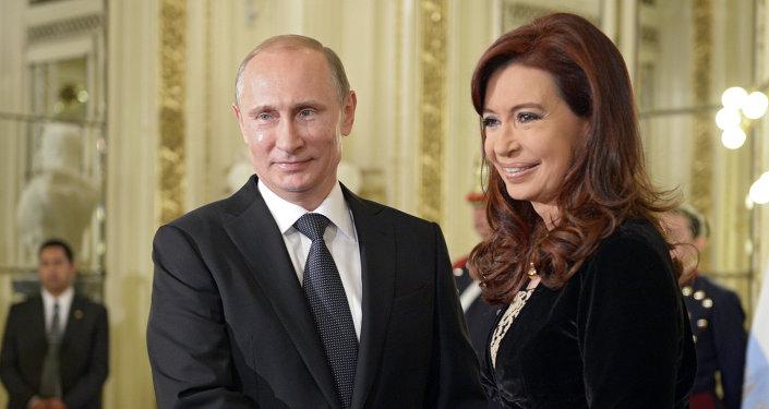 Vladimir Putin e Cristina Kirchner em julho de 2014