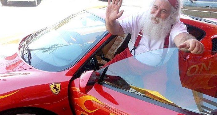O Papai Noel motorista faz sucesso por onde passa