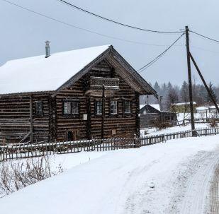 Casas de madeira na vila de Kinerma na República da Carélia