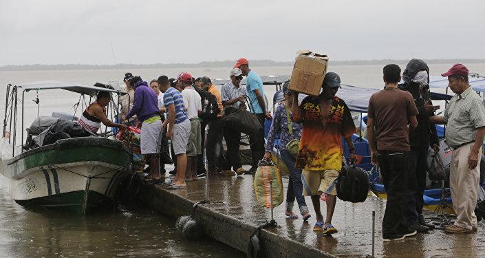Moradores locais embarcam em barcos para sair antes do furacão Otto chegar em Bluefields, Nicarágua, em 23 de novembro de 2016