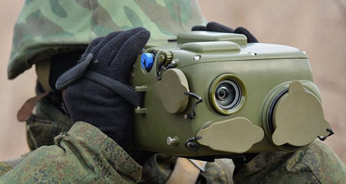 Militar russo usando o complexo de vigilância Ironia durante exercícios militares na região de Krasnodar, na Rússia