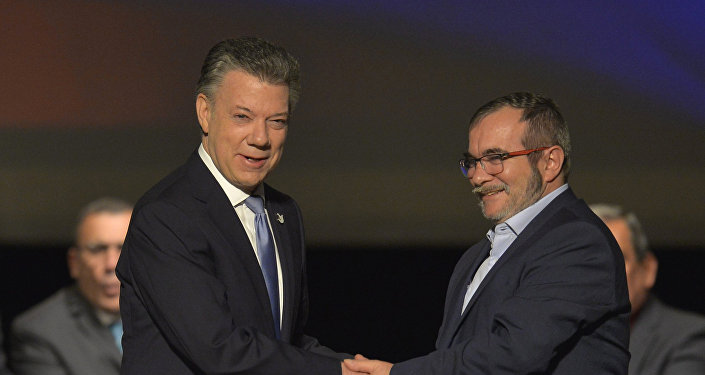 Presidente da Colômbia, Juan Manuel Santos, e o líder das FARC, Rodrigo Londono, assinam novo acordo de paz em 24 de novembro, 2016.