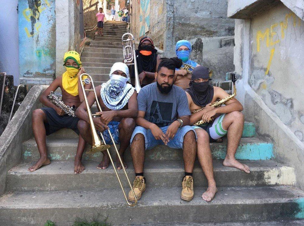 Anderson Valentim e os amigos músicos que participaram da foto que vem rodando o mundo