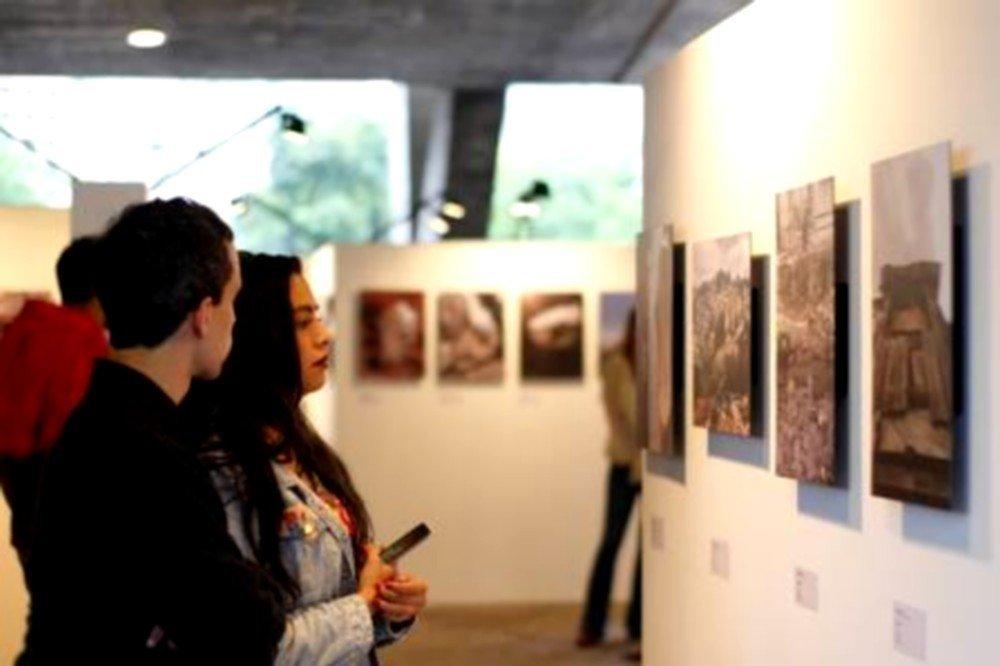 A exposição Favegrafia fica até 4 de dezembro no pilotis do MAM