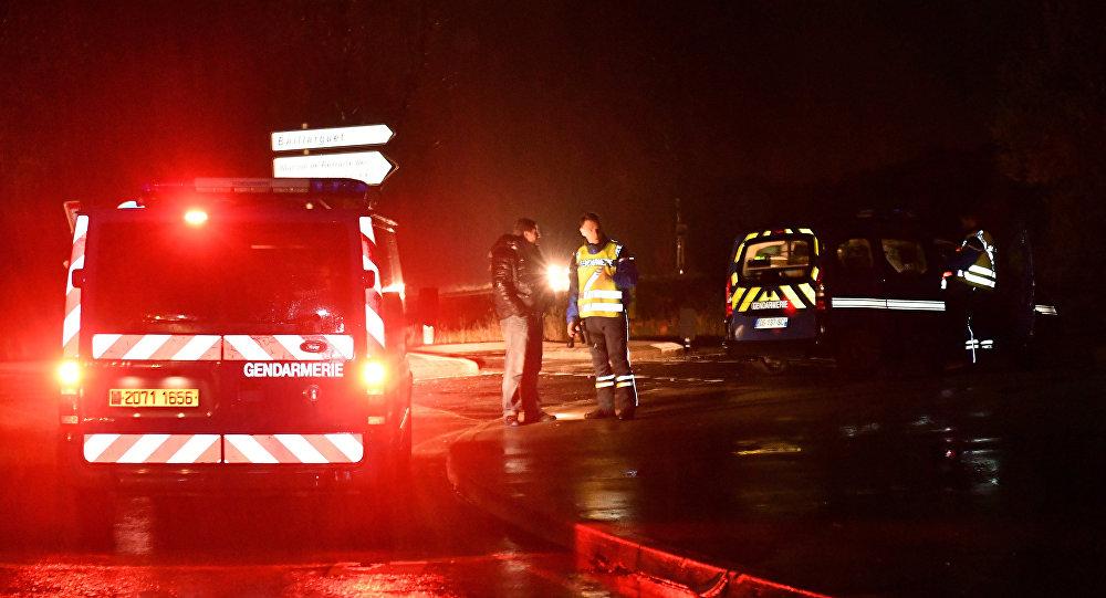 Polícia francesa em uma estrada perto da casa de repouso para monges em Montferrier-sur-Lez, sul da França, no início de 25 de novembro de 2016, após um homem armado ter inavdido a casa e matado uma mulher com uma faca.