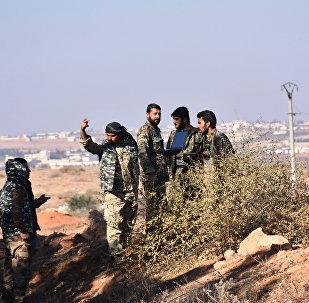 Combatentes das tropas sírias patrulham a área da vila de Joubah no âmbito da ofensiva perto de Al-Bab na província de Aleppo, Síria, 25 de novembro de 2016