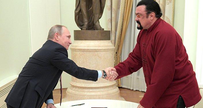 """Em 3 de novembro, o presidente da Rússia, Vladimir Putin, assinou diretiva de concessão de cidadania russa para o ator norte-americano, Steven Seagal, que entende isso como """"um bom potencial para fazer negócios na região de Sacalina""""."""