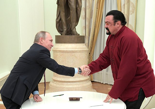 Presidente da Rússia Vladimir Putin entrega passaporte russo ao ator americano Steven Seagal