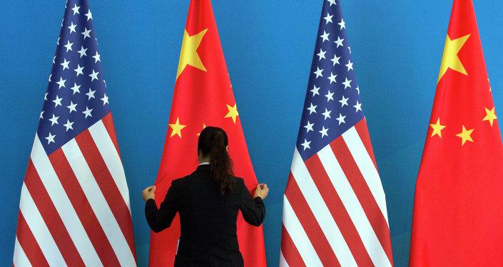 Bandeiras chinesas e norte-americanas