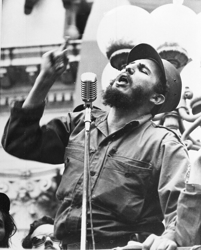 Fidel Castro, líder revolucionário discursa em Havana depois da derrubada do regime de Batista, 1 de janeiro de 1959