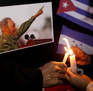 Pessoas colocam velas ao lado de uma foto de Fidel, como parte de um tributo, após o anúncio da morte do líder revolucionário cubano Fidel Castro, em Tegucigalpa, Honduras 26 de novembro de 2016
