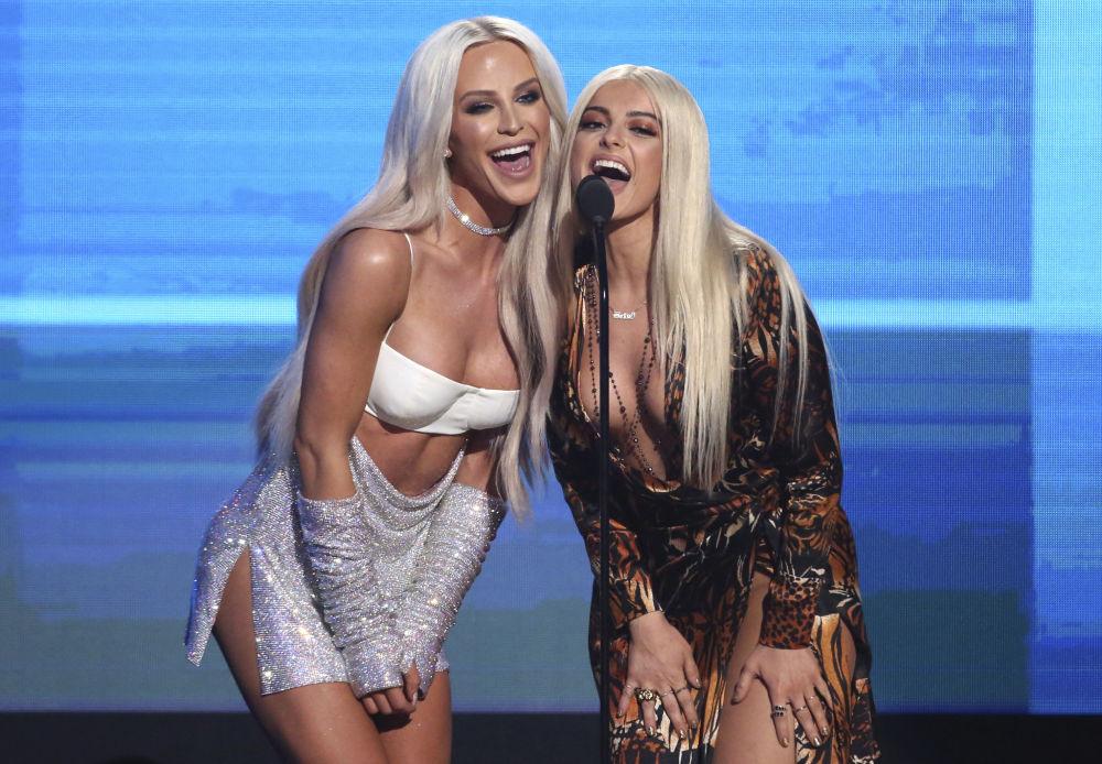 Gigi Gorgeous (à esquerda) e Bebe Rexha (à direita) anunciam a apresentação do cantor Shawn Mendes durante o American Music Awards, celebrado no dia 20 de novembro de 2016