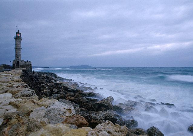 Um farol perto da baía de Hania, na ilha de Creta, Grécia