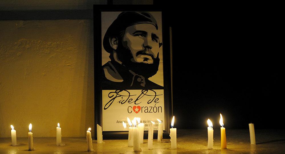 Estudantes em Cuba acendem velas em memória do líder revolucionário, Fidel Castro