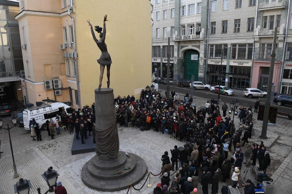 Em Moscou, visitantes da capital russa participam da cerimônia de inauguração do monumento da célebre bailarina Maia Plisetskaya, em 24 de novembro de 2016