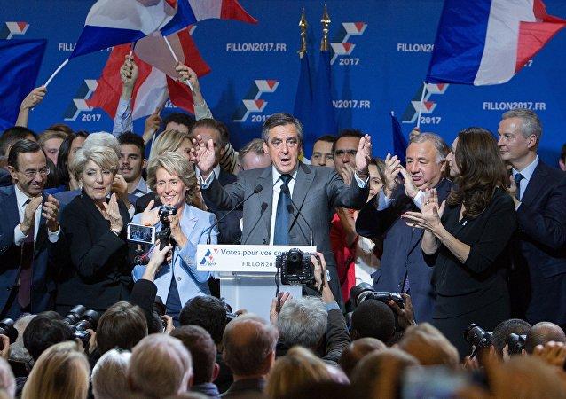 Кандидат на пост президента Франции от партии Республиканцев Франсуа Фийон (в центре) во время встречи с избирателями в Париже в ходе избирательной кампании перед вторым туром праймериз партии Республиканцев.
