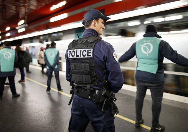 Um policial patrulha dentro da estação de RER de Auber em Paris, França, em 30 de dezembro de 2015, um alerta de segurança continua durante a temporada de Natal e Ano Novo após os ataques de tiros de novembro na capital francesa.