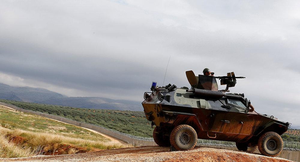 Um soldado turco no veículo militar blindado patrulha a beira entre a Turquia e a Síria, perto da vila de Besarslan do sudeste, na província de Hatay, Turquia, 1 de novembro de 2016