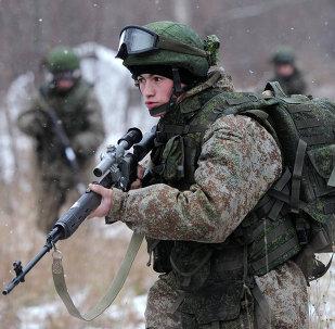 Soldado demonstra equipamento de combate Ratnik durante exercícios militares na região de Moscou