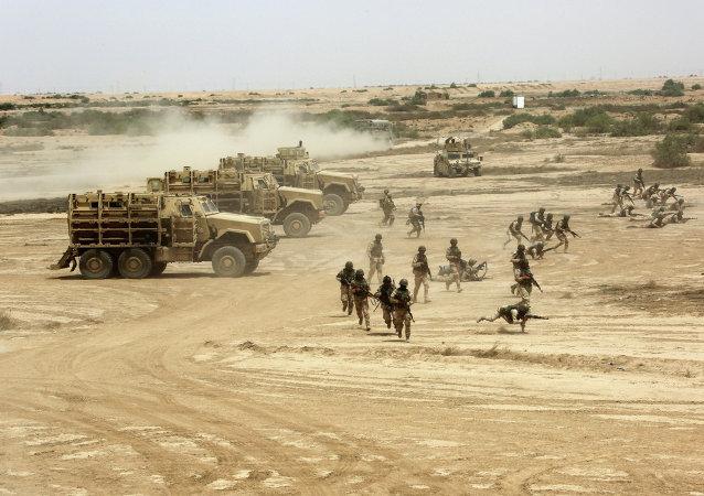 Militares iraquianos, americanos e espanhóis durante treinamento no campo de Besmaya
