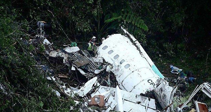 Destroços do avião da LaMia que caiu com a delegação da Chapecoense e jornalistas brasileiros na Colômbia