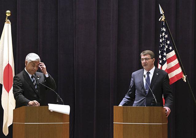Gal. Nakatani e Ashton Carter, respectivamente, ministro da Defesa do Japão e secretário de Defesa dos EUA.
