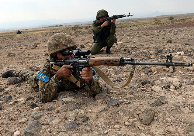 Soldados do Ministério da Defesa da Armênia e da Rússia durante exercícios Irmandade indestrutível 2015 na Armênia (foto de arquivo)