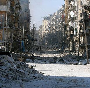 Os sírios caminham por escombros de edifícios danificados, enquanto carregam seus pertences, enquanto fogem de confrontos entre forças governamentais e rebeldes em Tariq al-Bab e  al-Sakhour nos bairros de Aleppo oriental