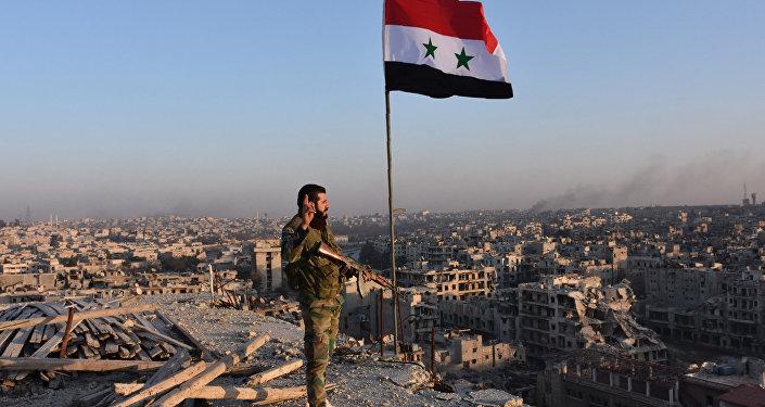 Soldado sírio em Aleppo depois da retomada total da parte norte da cidade