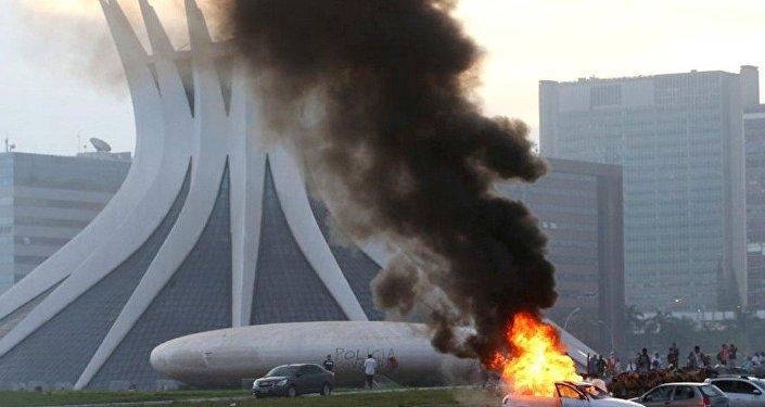 Manifestantes entram em confronto com a polícia na Esplanada dos Ministérios