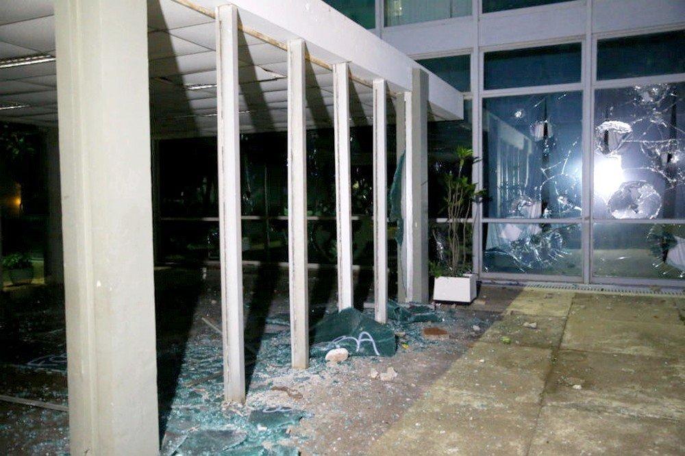 Alguns manifestantes invadiram e destruíram o prédio do MEC