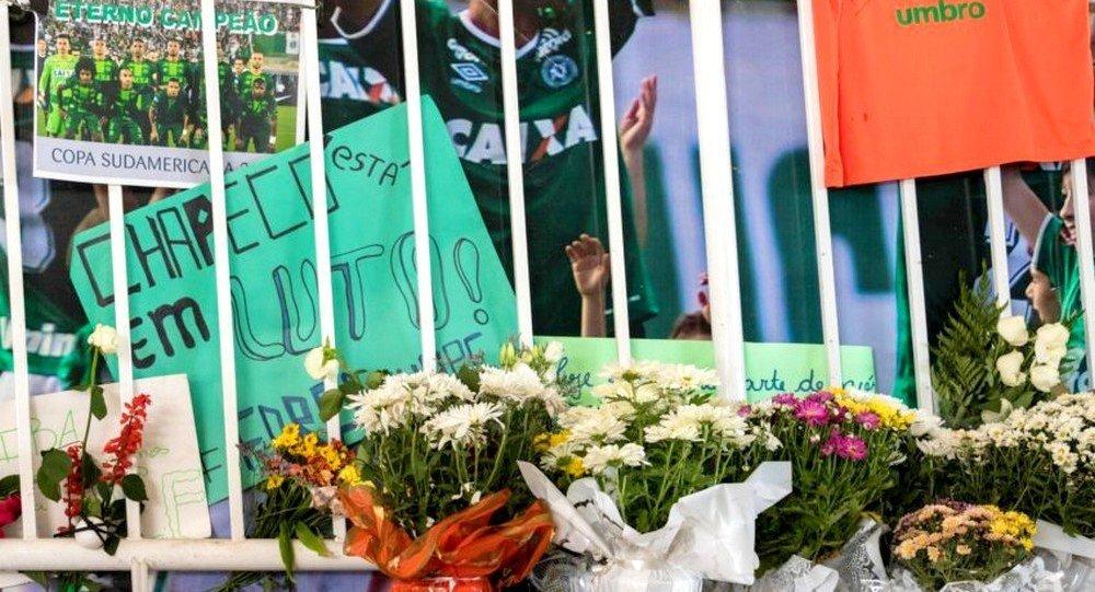 Torcedores do Chapecoense prestam homenagens na arena Condá (SC)
