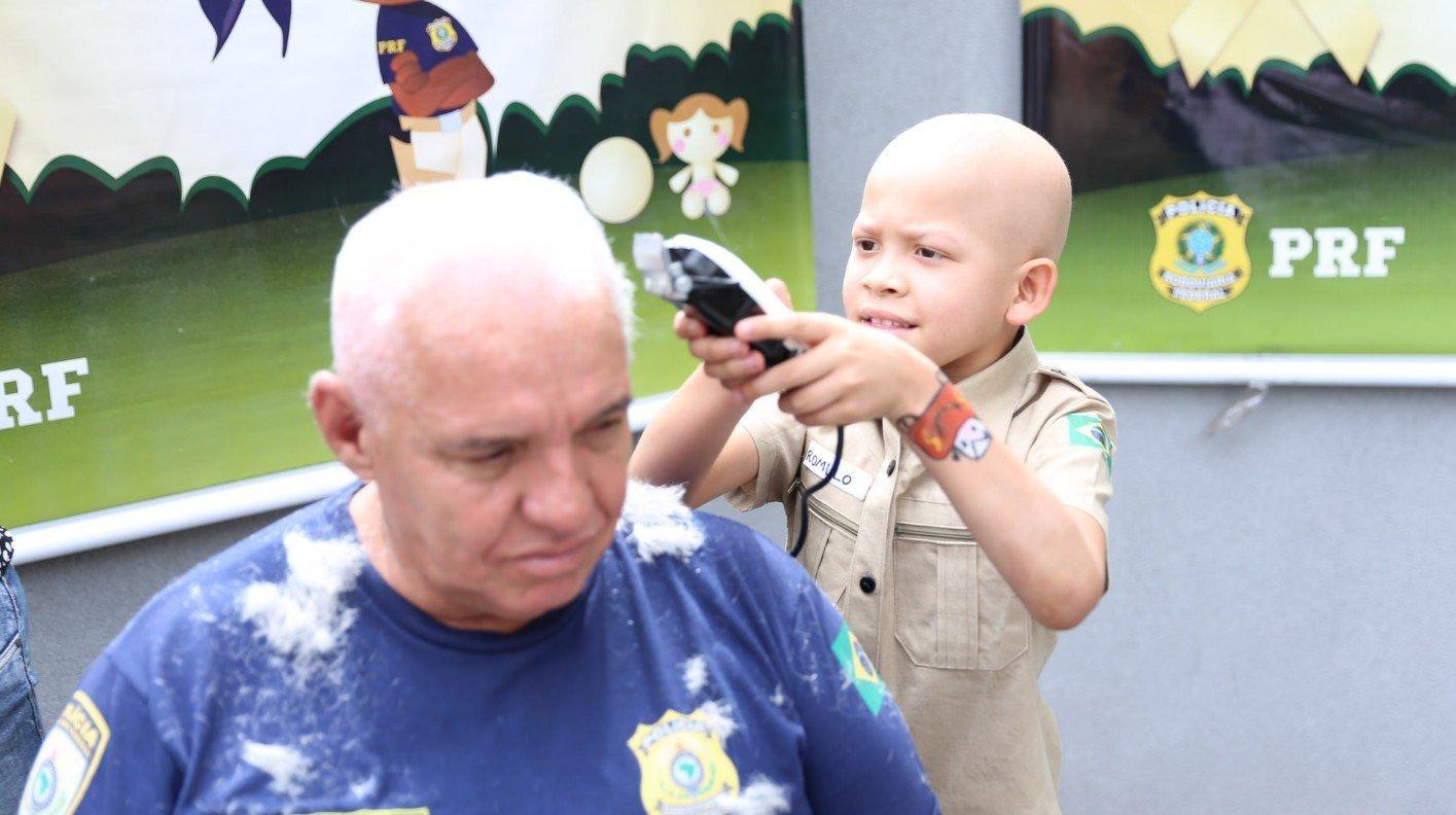 Na ação, a criança mesmo raspou o cabelo do policial
